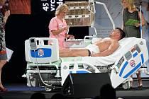 Během finálového večera musela Simona Hájková zvládnout ošetřit ruku figurantovi, kterého dělal Muž roku 2014.