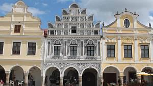 Malebné náměstí v Telčí láká turisty.