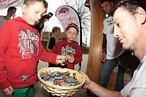 Děti vyráběly píšťalky se zájmem.