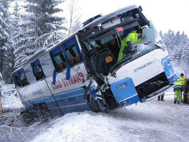 Nehoda autobusu, která se stala kousek za Řehořovem, ochromila na několik hodin silniční tah z Jihlavy směrem na Brno.