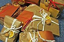 Dárky od Ježíškových vnoučat. Olze Štrejbarové se postupně  hromadí dárky od Ježíškových vnoučat pro seniory z domovů důchodců.
