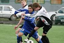 Fotbalisté Havlíčkova Brodu (v bílých dresech) doma moc bodů nerozdávají. O tom se přesvědčil i bystřický útočník Michal Havlíček.