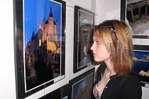 Dívka před pohádkovým zámkem. Monika Sokolová si prohlíží jednu z fotografií z míst, zařazených do seznamu UNESCO. Jde o zámek Alcázar ve španělské Segovii.