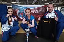 Jihlavské kickboxerky Žaneta Tomková (vlevo) a Johanka Káčerová (uprostřed) v Německu zářily, a trenér Josef Bílek (vpravo) mohl jen chválit.