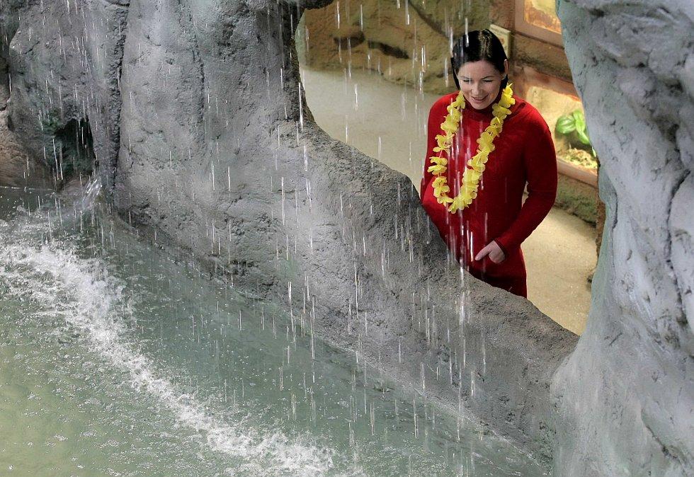 Pavilon je jako řekla. Ta začíná pod vodopádem.