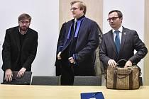 U soudu. V Jihlavě včera začalo hlavní líčení s předsedou Národní demokracie Adamem B. Bartošem (vpravo) a jeho spolustraníkem Ladislavem Zemánkem (vlevo).