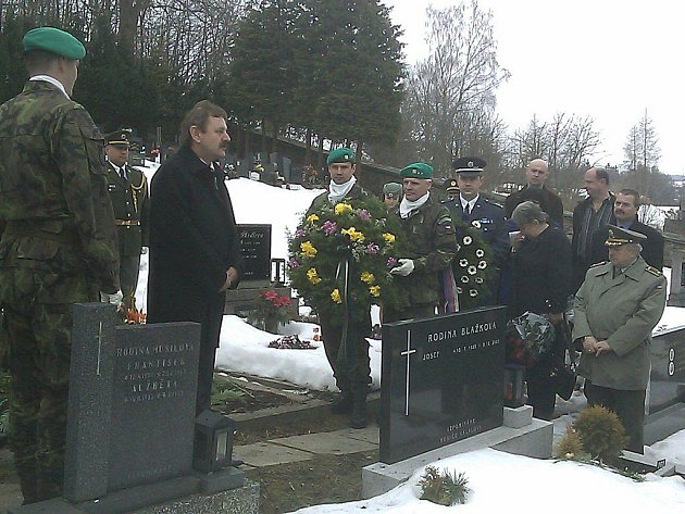Sdružení válečných veteránů položilo věnce na hrob padlého vojáka Petra Hosa.