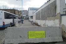 Bariéra zmizí. ICOM transport konečně opraví zeď na autobusovém nádraží, která je v havarijním stavu.