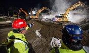 Bourání dálničního mostu v Měšíně si v noci ze soboty na neděli nenechali ujít ani zvědavci