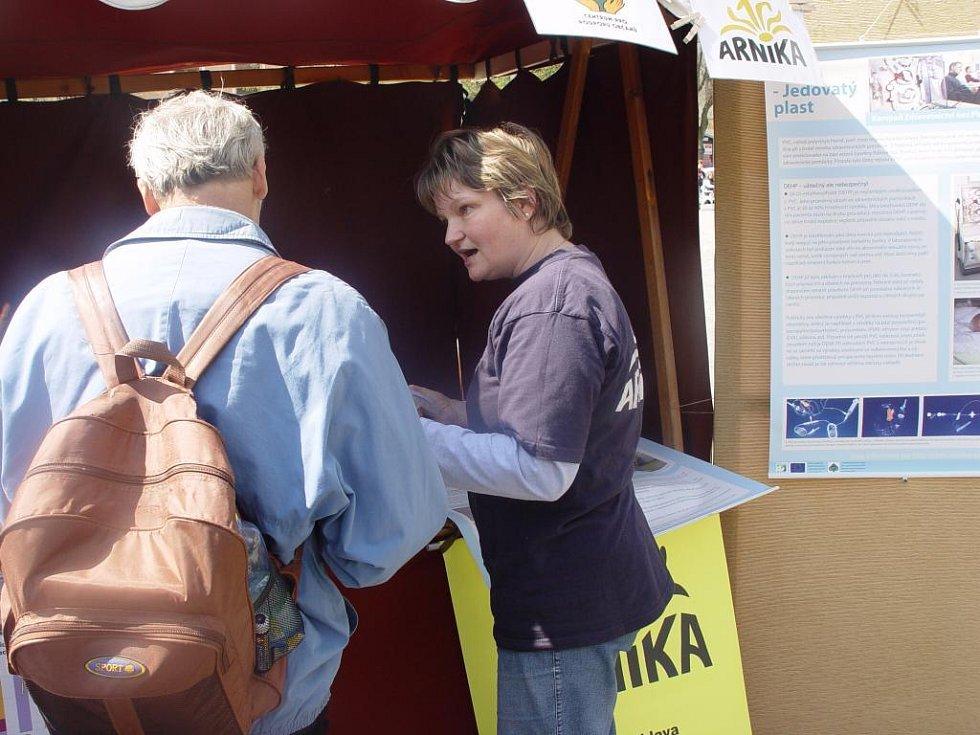 Stánek na náměstí mělo i ekologické sdružení Arnika. S lidmi diskutovala i vedoucí jihlavské pobočky Jana Vittnerová.