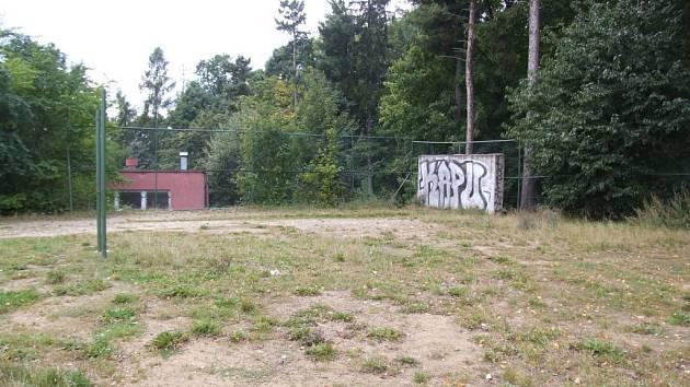 Proti záměru vybudovat místo hřiště parkoviště se vyjádřili lidé bydlící na Březinkách v Jihlavě