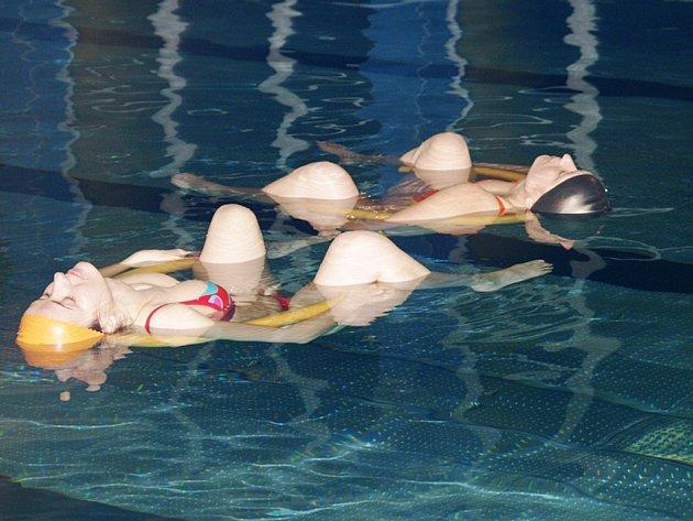 V pondělí na bazénu Základní školy Demlova odstartovalo první plavání pro nastávající maminky.