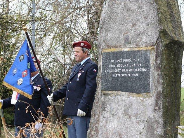 Stovky lidí se sešly v sobotu u památníku Adolfa Opálky v Ořechově nedaleko Telče, aby si připomenuly sedmdesáté výročí vojenské operace Out Distance.