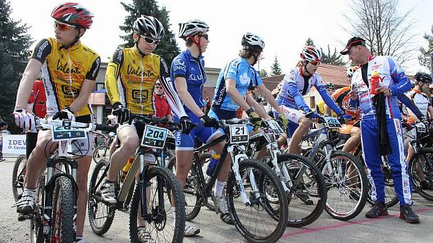 Putovní pohár třináctého ročníku oblíbeného štafetového cyklozávodu Okolo Zudova vrchu vyhrál tým Eurofoam.