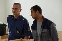 Pavel Krejčí (vpravo) pronásledoval svou expřítelkyni na každém kroku. Dokonce ji na ulici oloupil o kabelku a řetízek.