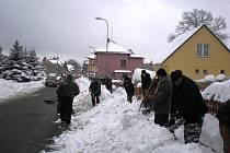 Dobrovolníci na úklid sněhu vPelhřimově do ulic jen tak nevyrazí.