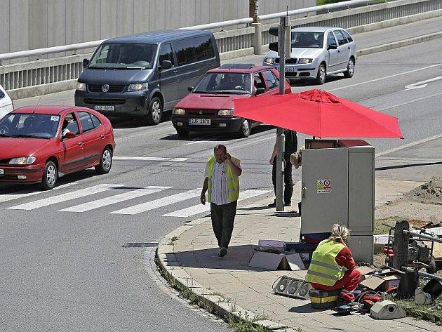 Brněnské firmě Patriot, která opravuje semafory na frekventované křižovatce v centru Jihlavy, chyběla podle policistů potřebná povolení pro práci na silnici.