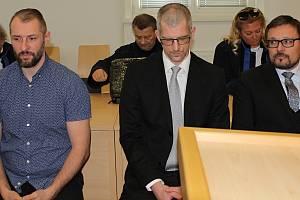Zleva - Ivan Padělek, Ladislav Čepera, Michal Kašpar na lavici obžalovaných před Okresním soudem v Jihlavě.