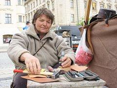 Hana Ludesová (na snímku) zhotovuje výrobky z kůže například i na řemeslném trhu v Jihlavě.