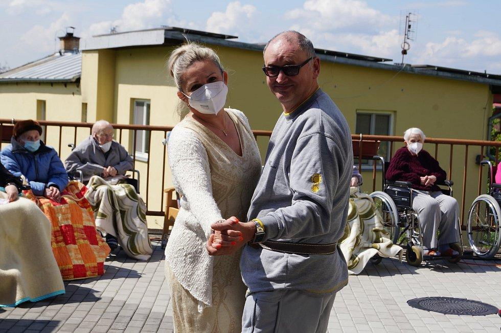 Poslední květnový den zpestřil seniorům v lesnovském domově Kristián Šebek z brněnského divadla Slunečnice.