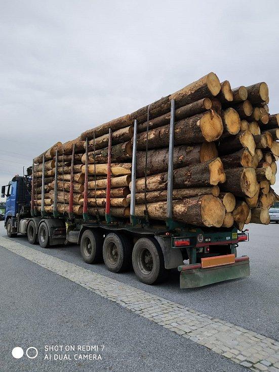 Policisté se zaměřili na kamiony převážející dřevo.