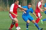Fotbalisté Slavoje Polná B (v modrém) prohráli v Hartvíkovicích vysoko 0:6.