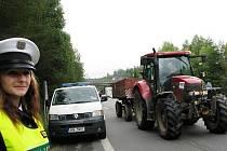 Zemědělci zamotali  policistům na Jihlavsku v létě hlavy blokádami silnic. Na podzim vylévali dopolí hektolitry mléka. Čím překvapí, nedostanou–li  slíbené miliardy? Ilustrační foto.