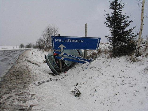 Sto tisíc korun je škoda, kterou způsobila řidička uKamenice nad Lipou. V táhlé zatáčce vjela do navátého sněhu, dostala smyk a narazila do značky.