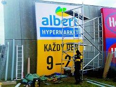 Do Alberta lákají nové, v pondělí instalované poutače na reklamních plochách City Parku.