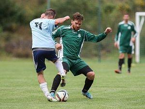 Fotbalisté Brtnice (v zeleném) remizovali s Puklicemi, a díky tomu ztrácí na vedoucí Batelov už tři body.