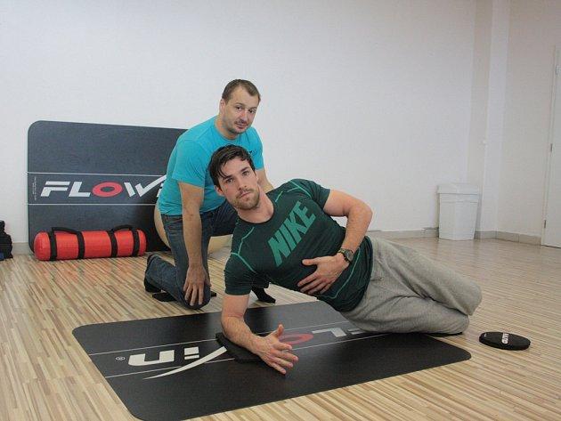 Fitness Fitpeople jako jediné fitness v Jihlavě nabízí skupinové cvičení flowin (ukázka na snímku, v pozadí Zdeněk Štrof). Jde o cvičení s vlastní vahou.
