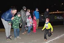 Jihlaská Axis noční desítka se stává pro mnoho běžců neodmyslitelnou součástí začátku běžecké sezony.