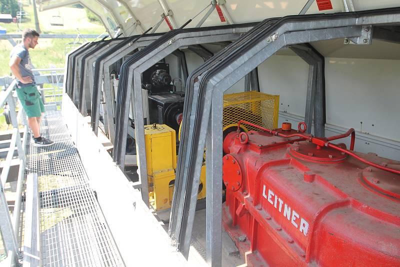 Na jediné čtyřsedačkové lanovce v kraji si záchranáři zkoušeli evakuaci.