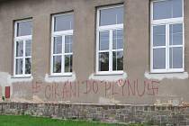 Zeď jihlavské základní školy v Jungmannově ulici s nacistickým nápisem.