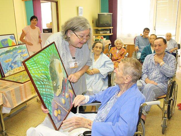 Pacienti z oddělení dlouhodobě nemocných Nemocnice Jihlava dostali krásný dárek. Jejich pokoje vyzdobí  veselé  barevné obrázky, které namalovali žáci jihlavských škol.