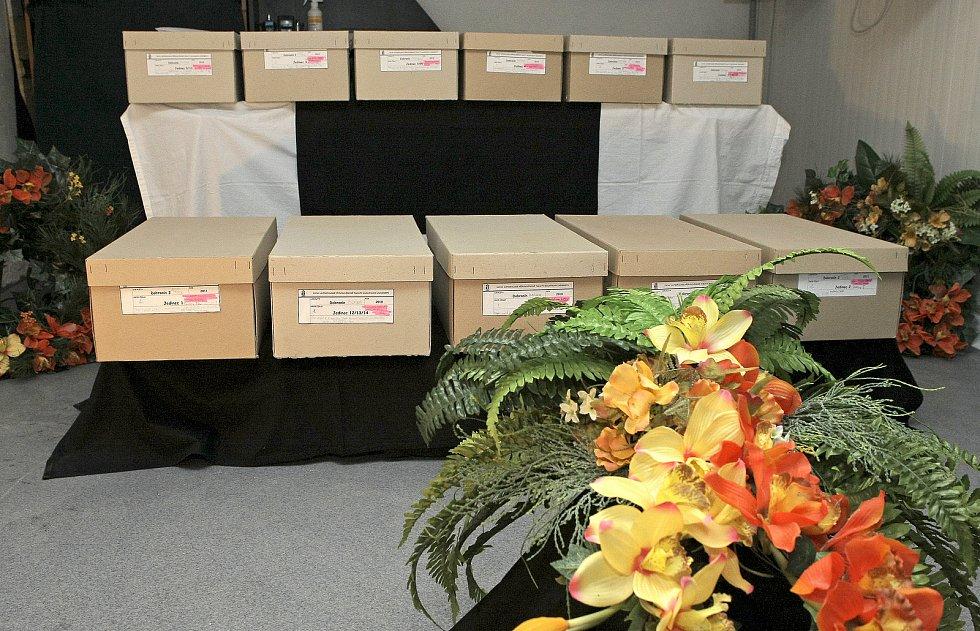 Ostatky všech obětí byly pečlivě roztříděny a uloženy do papírových krabic.