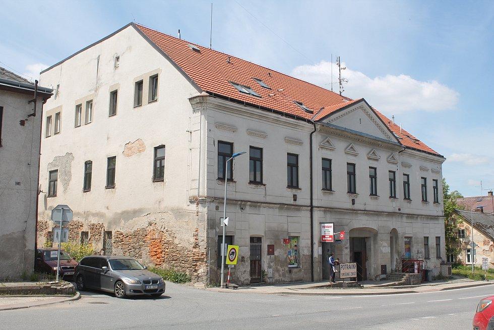 Stará budova pošty se nedávno stala památkou. Její opravy budou stát desítky milionů.