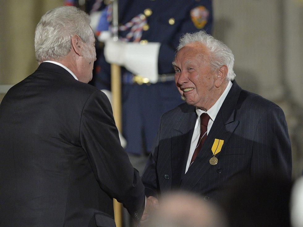 Prezident Miloš Zeman (vlevo) při příležitosti výročí vzniku samostatného československého státu uděloval 28. října na Pražském hradě státní vyznamenání. Medaili Za zásluhy z jeho rukou převzal spisovatel Zdeněk Mahler (vpravo).