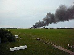 Množství pneumatik vozí do Henčova obyvatelé Jihlavy a okolí. Pravděpodobně je někdo zapálil.