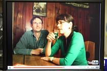 LÍDR KRAJSKÝCH VOLEB OBJEDNÁVÁ. Manažer ekofarmy Jiří Pykal vede zelené na kandidátce pro krajské volby. I on má v nahrávce svou roli. Sedí u stolu a objednává zelenou.