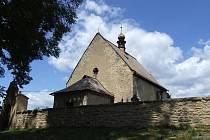 Kostel svatého Martina byl původně zasvěcen svatému Janu. Stavba má mírně obdélnou loď a čtvercové presbyterium s křížovou žebrovou klenbou.