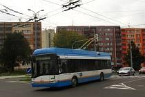 Trolejbus v ulicích Jihlavy.