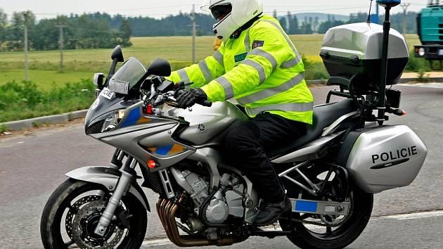 V terénu byly i dvě policejní motorky, jejichž řidiči dohlíželi na dodržování silničních pravidel.