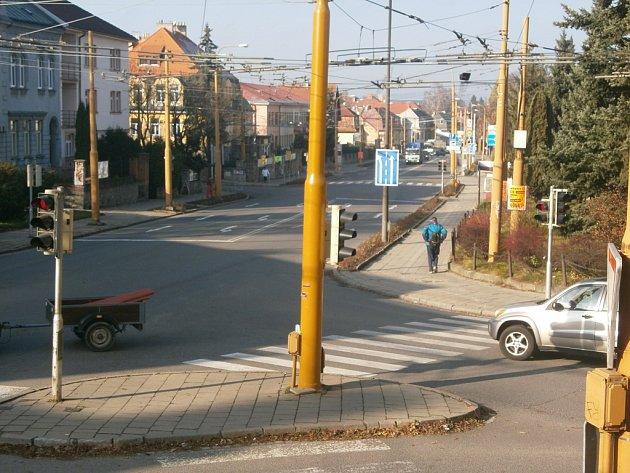 Křižovatka na Tolstého a Jiráskově ulici v Jihlavě dělá starosti řidičům. Tady se auta při křížení silnice často potkávají. Štěstí, že se zatím nic nestalo.