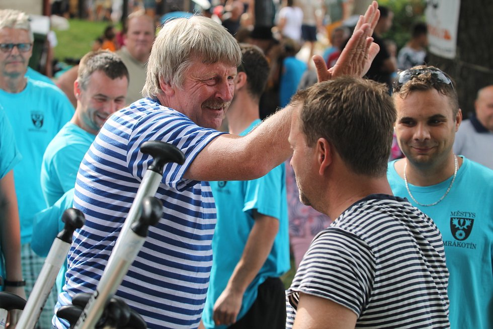 Po dojezdu si členové posádky vždy plácnou, na fotografii bývalý starosta Telče Roman Fabeš a jeho nástupce Vladimír Brtník.