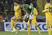 Na snímku z loňského duelu, který hosté vyhráli 1:0, je vlevo domácí stoper Ondřej Šourek v souboji s jabloneckým záložníkem Pavlem Eliášem.