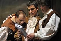 Na snímku z generální zkoušky 18. března jsou (zleva) Zdeněk Stejskal v roli Leandra, Jakub Škrdla v roli Tartagliho a Stanislav Gerstner v roli Durandartea.
