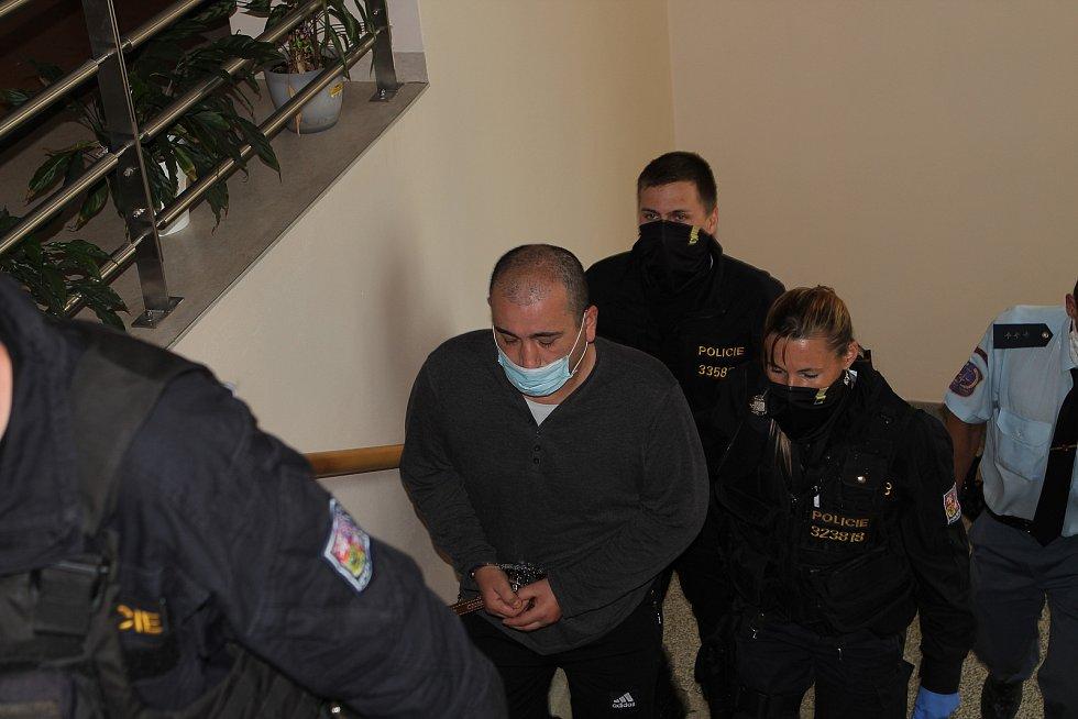 Cizinec před Okresním soudem v Jihlavě.