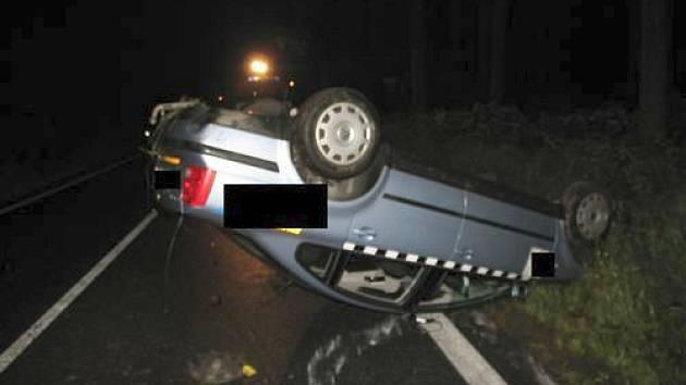 Řidič taxi nezvládl na mokré vozovce ve vysoké rychlosti řízení a skončil na střeše.