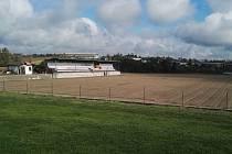 Ve Staré Říši dostává fotbalové hřiště nový kabát.